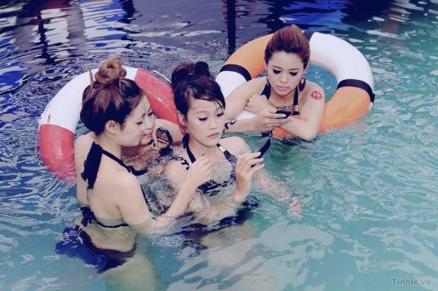 与越南美女泳池戏水